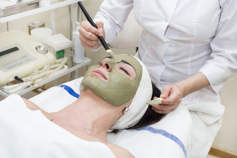 Processus de massage et de massages faciaux photo stock