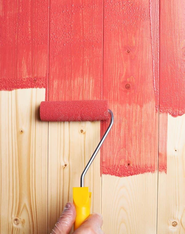 Processus de peindre les panneaux en bois photographie stock libre de droits