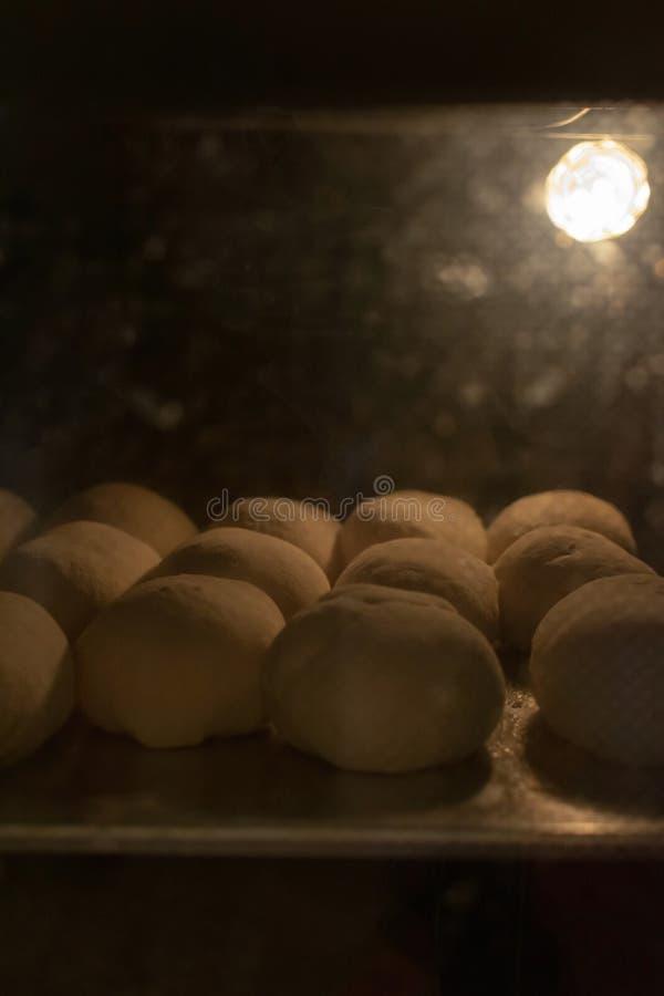 Processus de pirozhki russe traditionnel de tartes de préparation dans image libre de droits