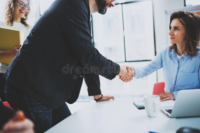 Processus de poignée de main de collègues du concept deux Poignée de main d'association d'affaires Affaire réussie après la grand photos stock