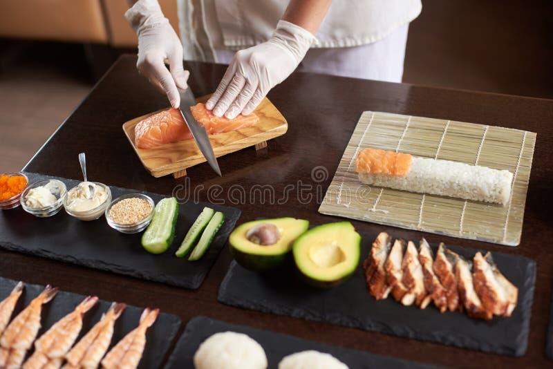 Processus de préparer des sushi de roulement photo libre de droits