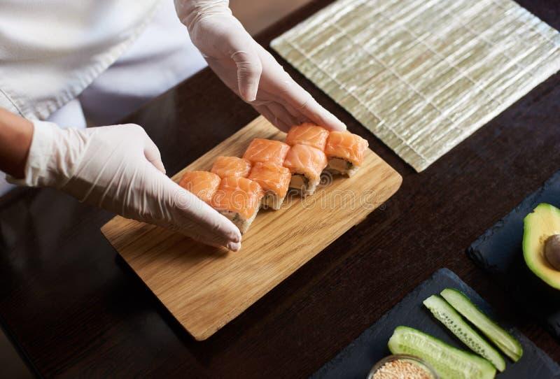 Processus de préparer des sushi de roulement image stock
