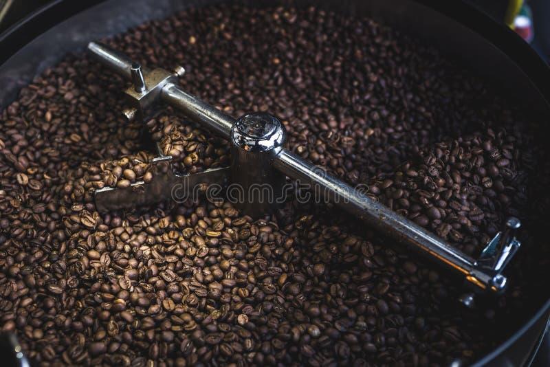 Processus de rôtir et de mélanger le café en rôtissoire images libres de droits