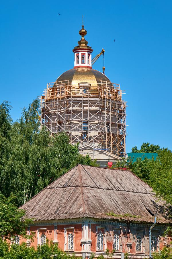 Processus de reconstruction de la cathédrale orthodoxe dans le village local russe photo libre de droits