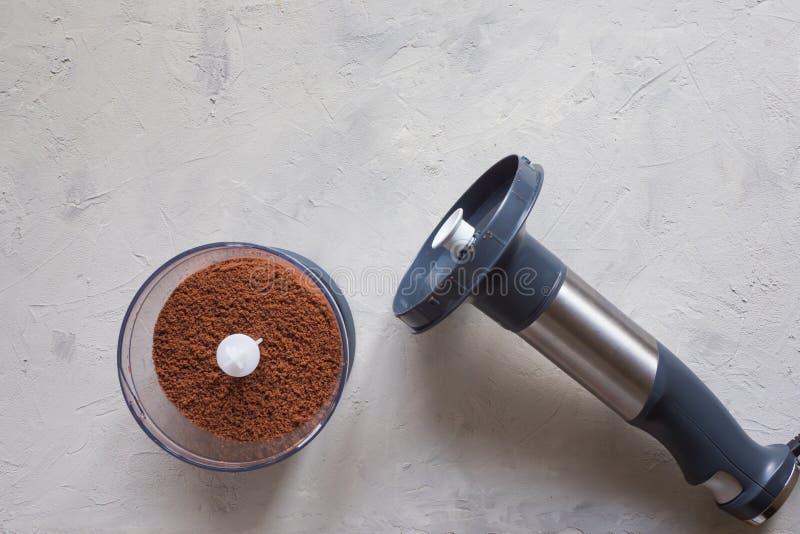 Processus de rectifier des haricots de cacao dans un mélangeur photos libres de droits