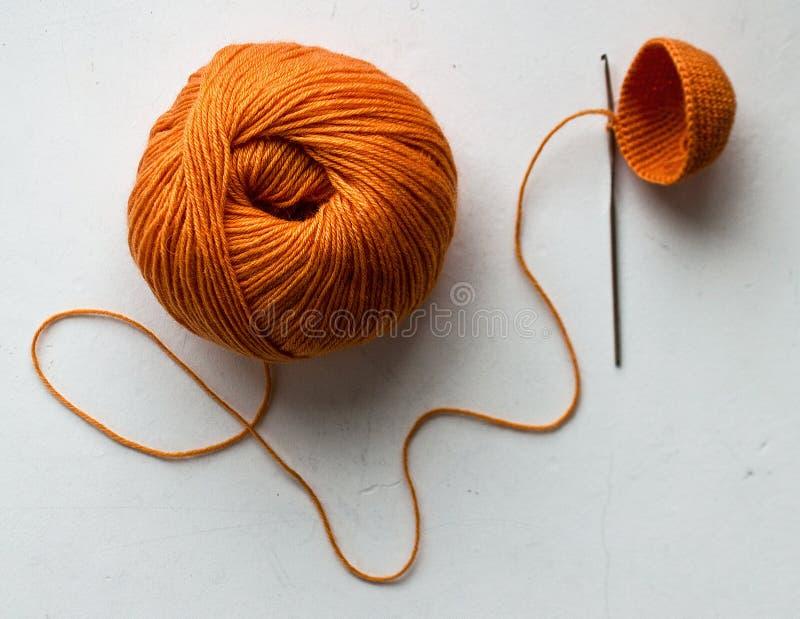 Processus de tricotage de fil orange photo libre de droits