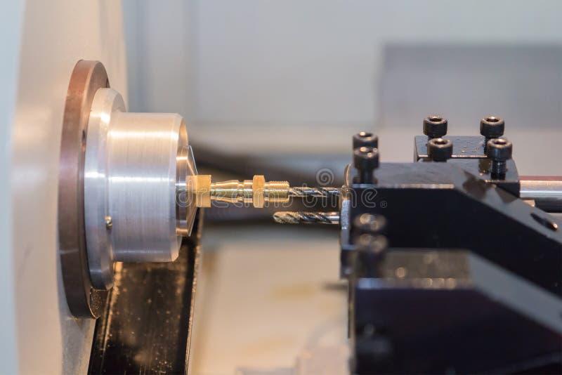 Processus en acier de découpeuse en métal par la machine de rotation de commande numérique par ordinateur photographie stock
