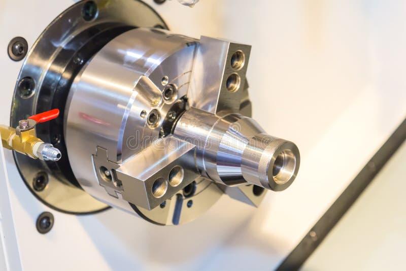Processus en acier de découpeuse en métal par le tour de commande numérique par ordinateur dans l'atelier photo libre de droits