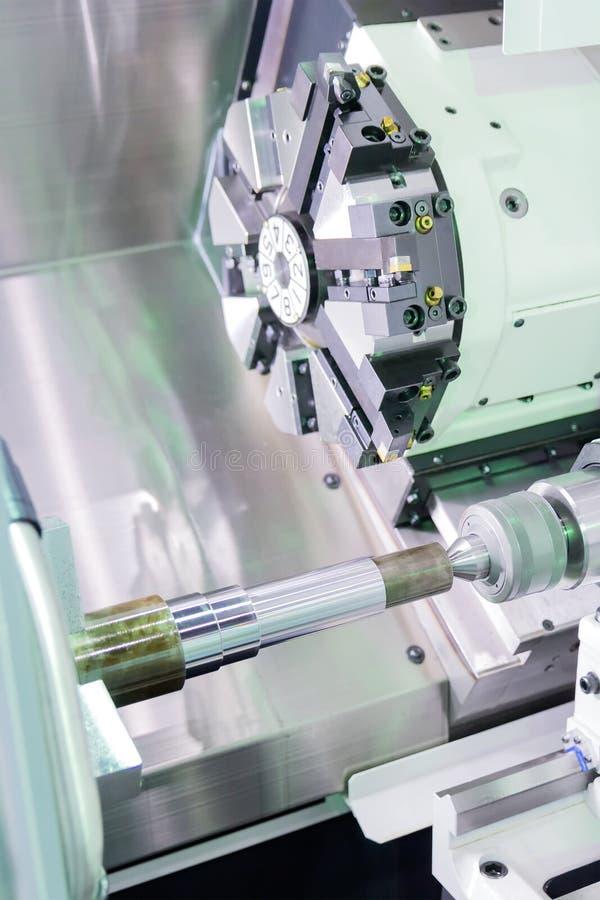 Processus en acier de découpeuse en métal par le tour de commande numérique par ordinateur dans l'atelier images stock