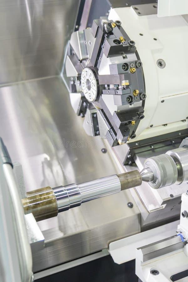 Processus en acier de découpeuse en métal par le tour de commande numérique par ordinateur dans l'atelier photo stock