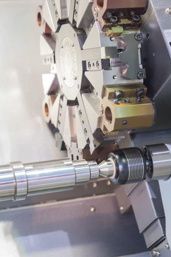 Processus en acier de découpeuse en métal par le tour de commande numérique par ordinateur dans l'atelier image libre de droits