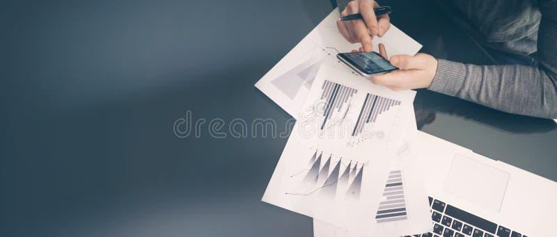 Processus fonctionnant Gestionnaire de comptes travaillant à la table avec le nouveau projet d'affaires Tenir la main moderne de  photos stock