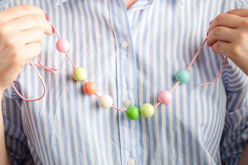 Processus fonctionnant Handcraft le concept Femme cr?ative faisant de belles perles des boules color?es photo stock