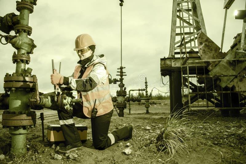 Processus fonctionnant sur le puits de pétrole images stock
