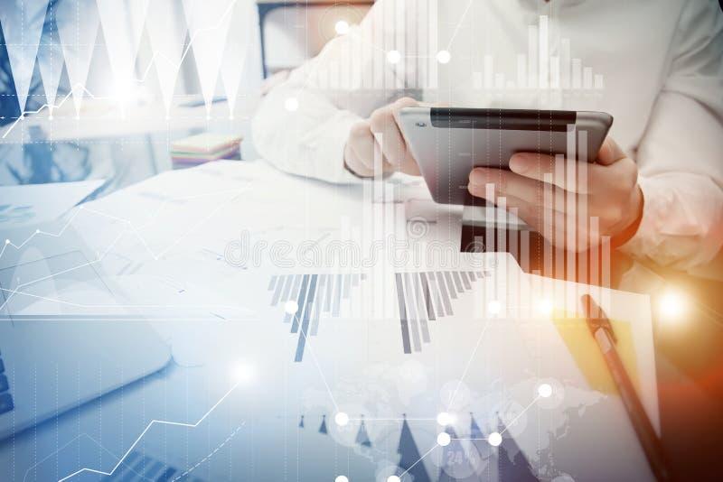 Processus travaillant de directeur de banquier Comprimé moderne de rapport du marché de travail de commerçant Utilisant l'apparei illustration de vecteur