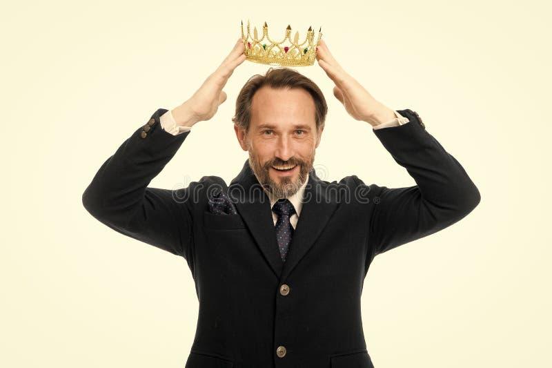 Prochain roi devenu Traditions de famille de monarchie Type barbu de nature d'homme dans le symbole d'or de couronne de prise de  photo stock