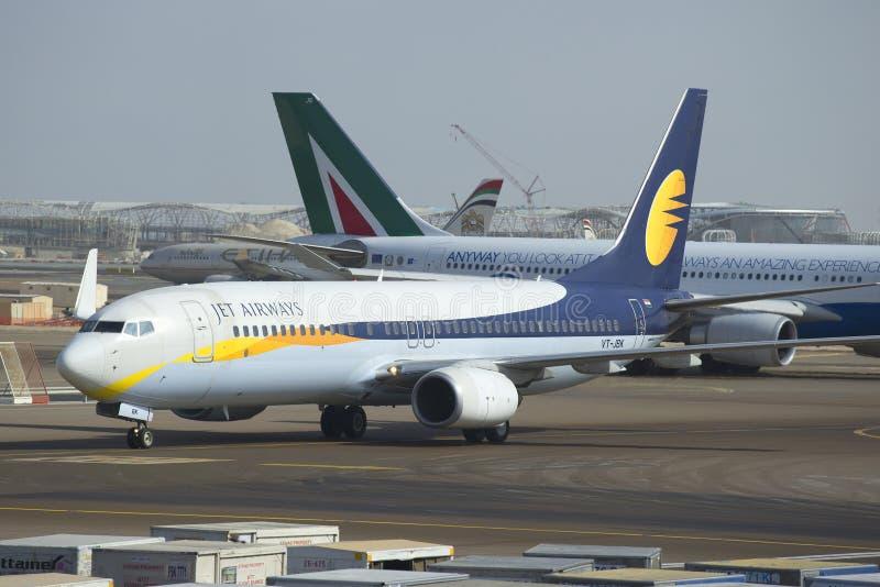 Prochaine GEN de Boeing 737 (VT-JBK) Jet Airways roulant au sol  L'aéroport d'Abu Dhabi photos libres de droits