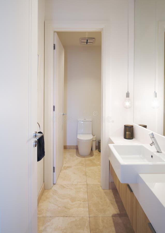 Prochowego pokoju łazienka w współczesnym australijczyka domu obraz stock
