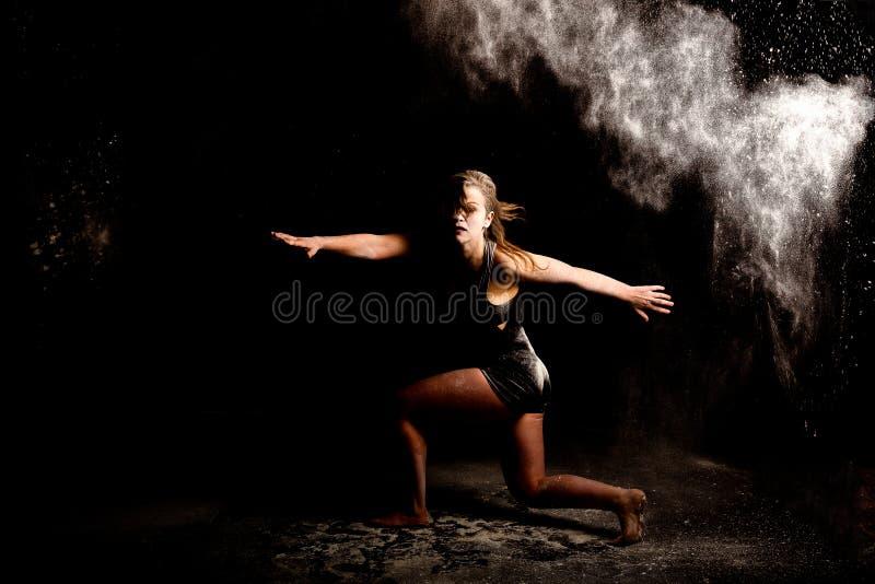 Prochowy współczesny tancerz lowkey zdjęcia royalty free