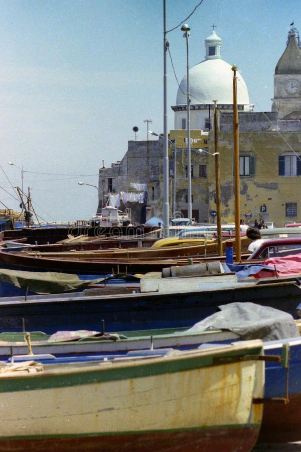 PROCIDA, ITÁLIA, 1970 - a abóbada da igreja de S Della Pietà de Maria e o St Giovanni Battista domina os barcos secos imagem de stock royalty free