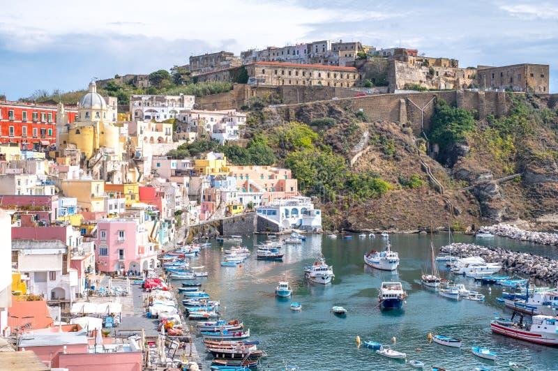 Procida, Italie Vue panoramique de Marina Corricella avec les maisons colorées en pastel, et Terra Murata en haut de la falaise images libres de droits