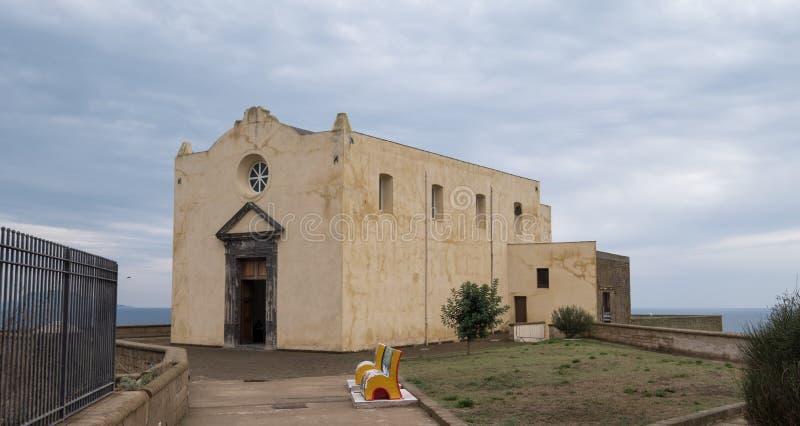 Procida, Włochy Santa Margherita Nuova kościół i klasztor przegapia kolorową wioskę rybacką Marina Corricella, obrazy stock