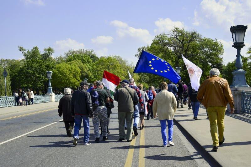 Procissão calma dos povos com as bandeiras na rua principal fotografia de stock