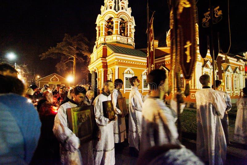 Procissão cristã em torno da igreja pequena foto de stock