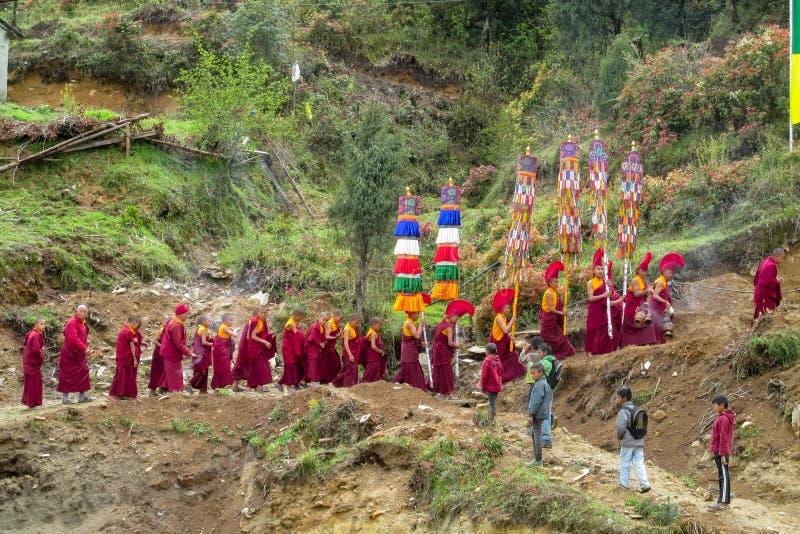 Procissão da monge budista na celebração da cerimônia no templo de Nepal foto de stock