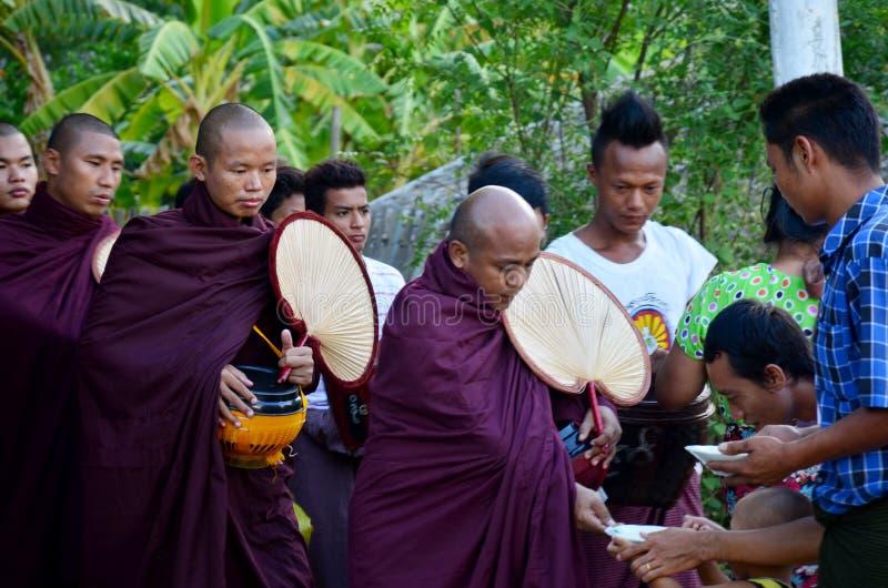 Procissão da monge que anda na estrada imagem de stock