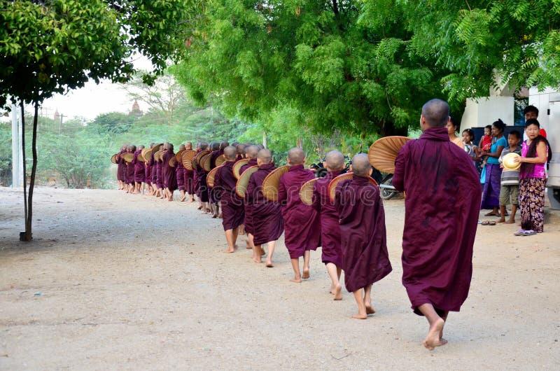 Procissão da monge que anda na estrada imagens de stock