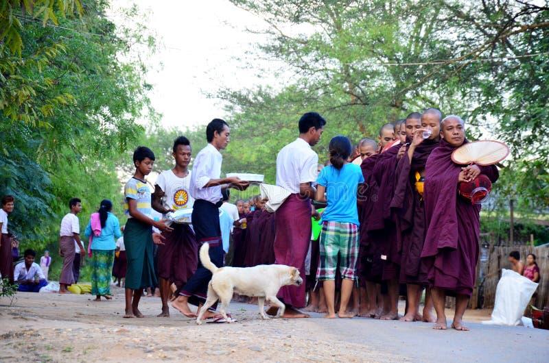 Procissão da monge que anda na estrada foto de stock