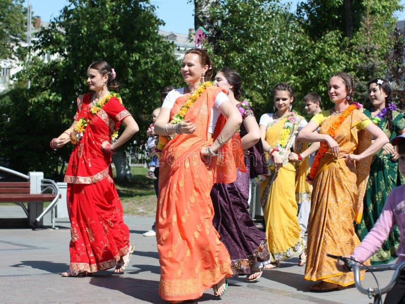 Procissão de Krishna em um bulevar pedestre fotos de stock royalty free