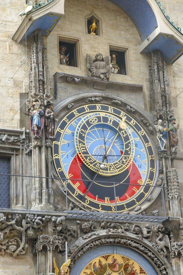 Prociss?o dos ap?stolos na torre de pulso de disparo astron?mica na cidade velha Praga, Rep?blica Checa imagens de stock