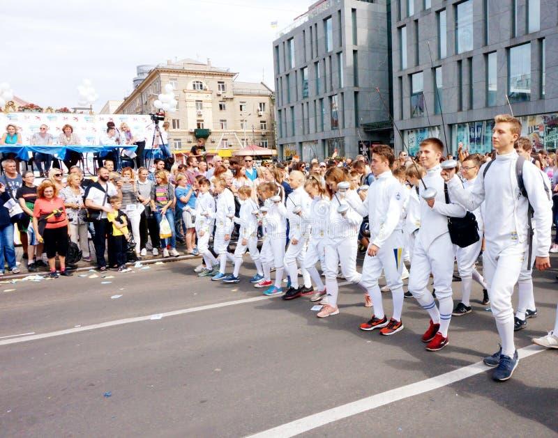 Procissão dos esgrimistas em honra de comemorar o dia da cidade, vista superior Dnipro fotografia de stock royalty free