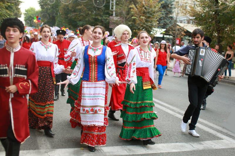 A procissão dos estudantes do instituto da cultura, dançarinos no vestido tradicional do cossaco, coloriu a saia, a calças verde  fotografia de stock