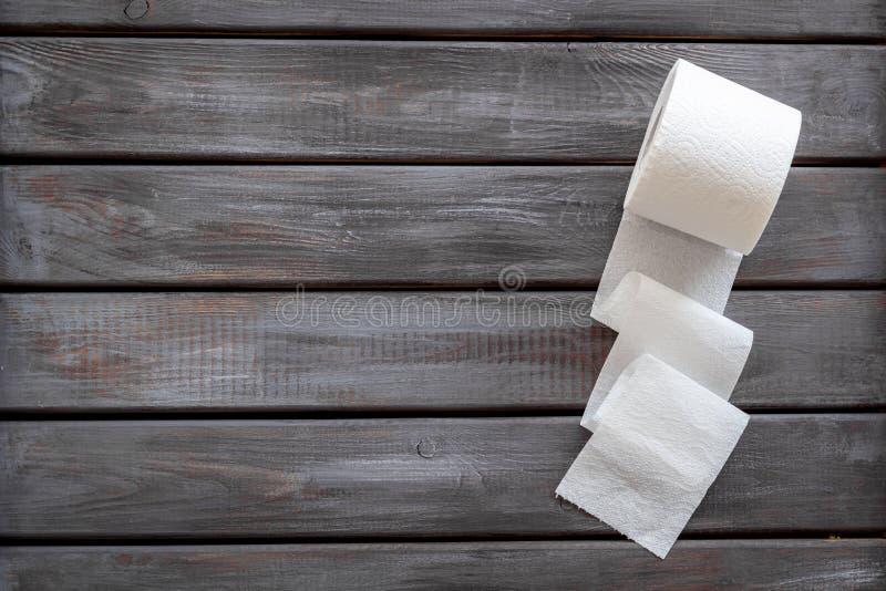 Proctologykonzept mit Toilettenpapier auf hölzernem Draufsichtmodell des Hintergrundes stockbilder