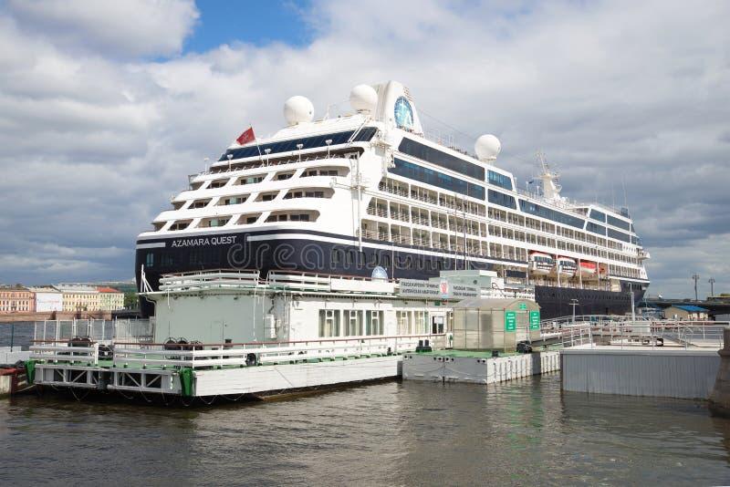 A procura de cinco estrelas de Azamara do navio de cruzeiros no inglês do terminal de passageiro do cais abriga St Petersburg imagem de stock royalty free