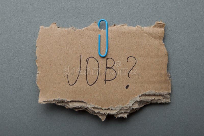 Procura de emprego em uma crise, pobreza A inscrição no cartão rasgado imagem de stock royalty free