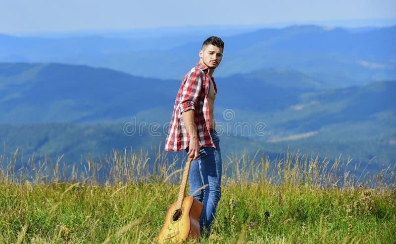 Procurando inspiração Ar fresco de montanha Explorar a natureza Beleza da natureza Caminhando sozinho Homem com guitarra andando imagens de stock royalty free