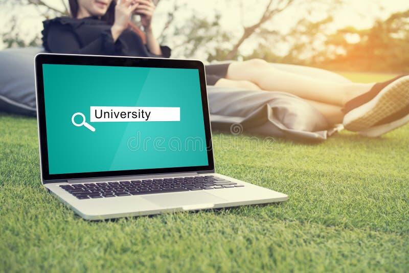Procurando o conceito do fundo de universidade na tela do portátil imagem de stock royalty free