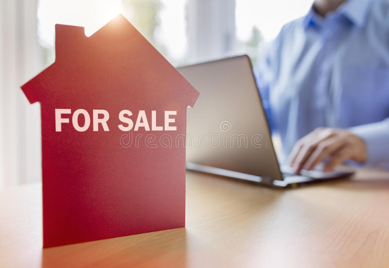 Procurando o Internet por bens imobiliários ou pela casa nova fotos de stock royalty free