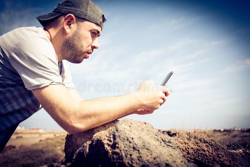 Procurando o sinal no móbil foto de stock