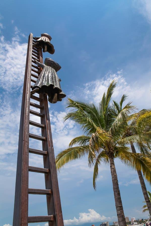 Procurando pela estátua da razão em Puerto Vallarta, México foto de stock