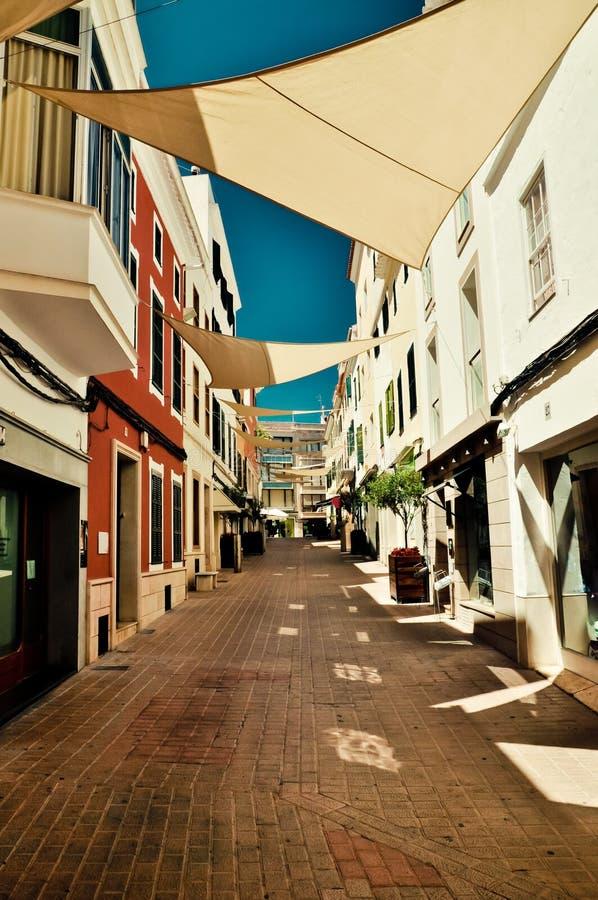 Procurando a sombra Rua da cidade de Mahon Minorca, Espanha imagem de stock royalty free