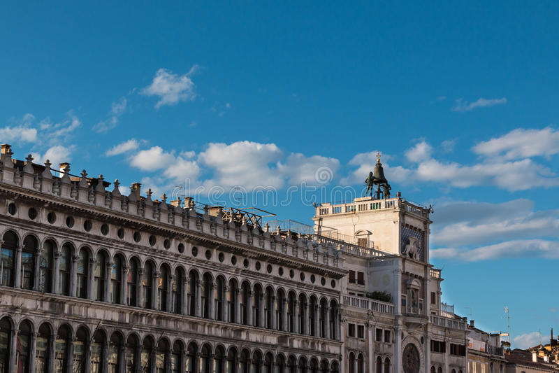 Procuratie Vecchie& x27 s arcades και Torre dell& x27 Orologio σε Άγιο μΑ στοκ φωτογραφία