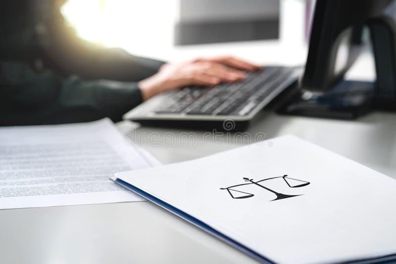 Procureur met computer Advocaat die in advocatenkantoor en bedrijf werken stock afbeeldingen