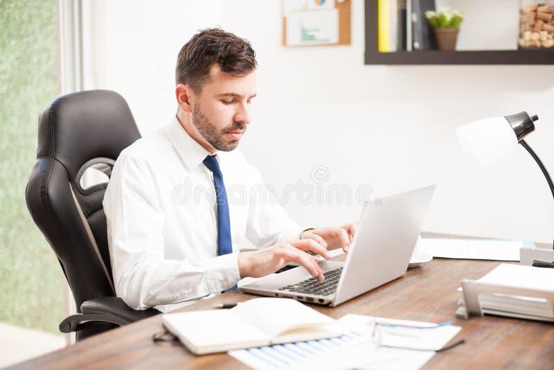 Procureur schrijven wettelijke documenten op het werk royalty-vrije stock afbeelding