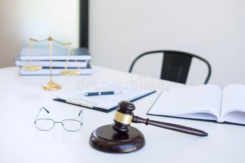 Procureurs` s kostuum, Wetsboeken, een hamer en schalen van rechtvaardigheid op w stock foto's