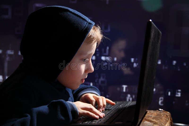 Prodígio novo da estudante - um hacker Hacker no trabalho fotos de stock
